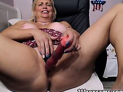Mature blonde fat booty camgirl masturbates on webcam